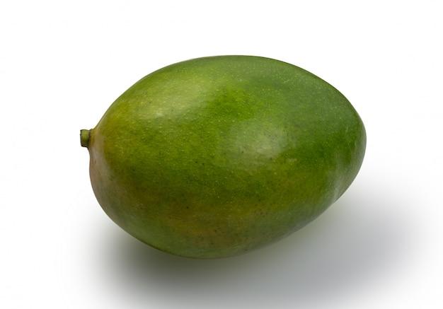 Hele groene mango die op witte achtergrond wordt geïsoleerd