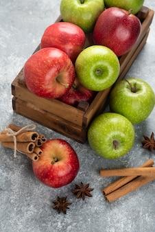 Hele heerlijke groene en rode appels in houten kist.