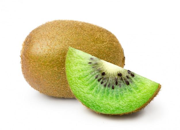Hele kiwi's met gesneden stuk geïsoleerd op een witte achtergrond Premium Foto