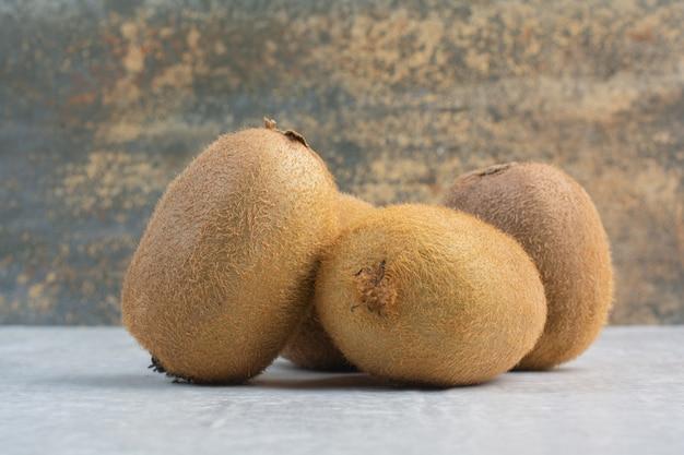 Hele kiwi's op stenen tafel