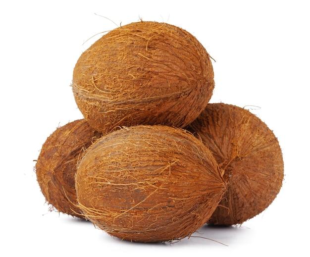 Hele kokosnoot close-up geïsoleerd op een witte achtergrond