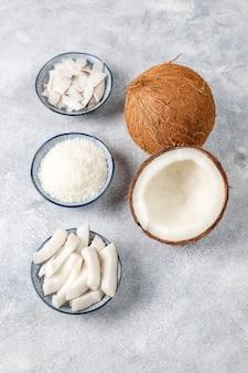 Hele kokosnoot en diverse stukjes kokos