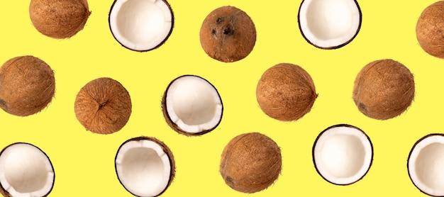 Hele kokosnoot en stukjes kokosnoot op geïsoleerde achtergrond