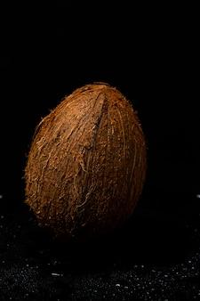 Hele kokosnoot op een zwart