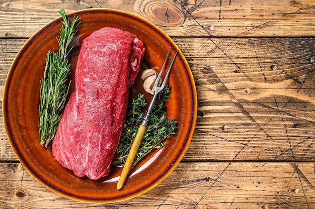 Hele rauwe filet ossenhaas rundvlees voor steaks.