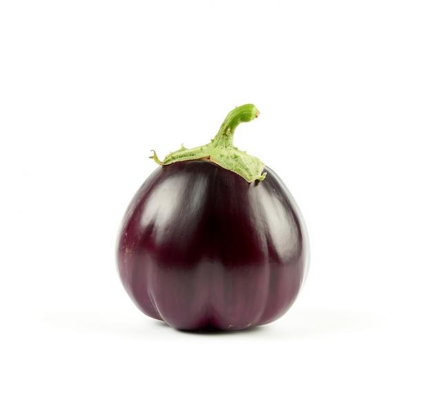 Hele ronde paarse verse aubergine met groene basis geïsoleerd