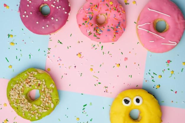 Hele ronde roze donuts met gekleurde hagelslag