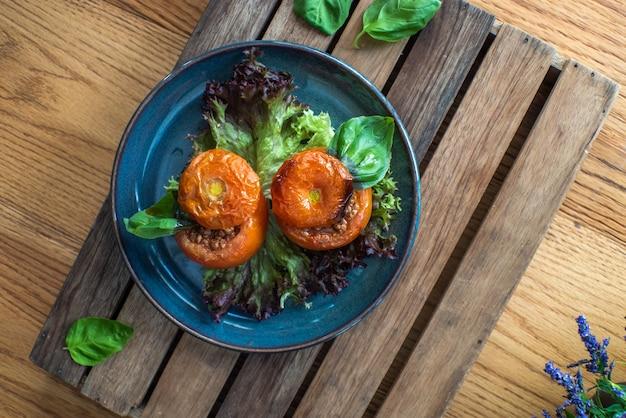 Hele tomaat gevuld met rundergehakt chili op houten tafel