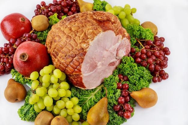 Hele varkensham met vers fruit. gezond eten. paasmaaltijd.