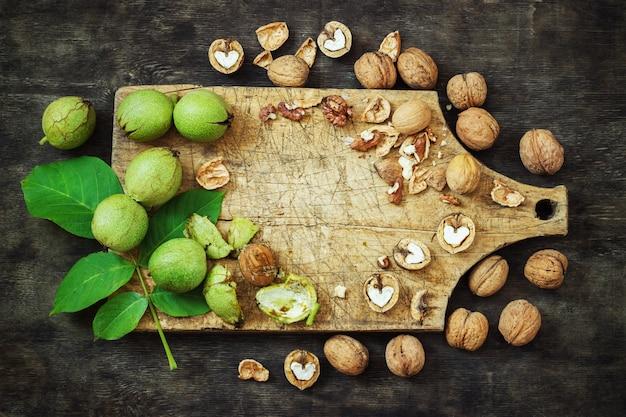 Hele walnoten en gewist zwarte houten achtergrond bovenaanzicht gezond concept