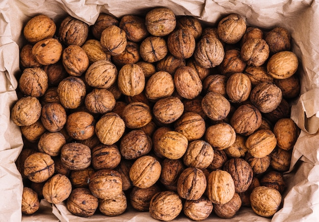 Hele walnoten in het bruine papier