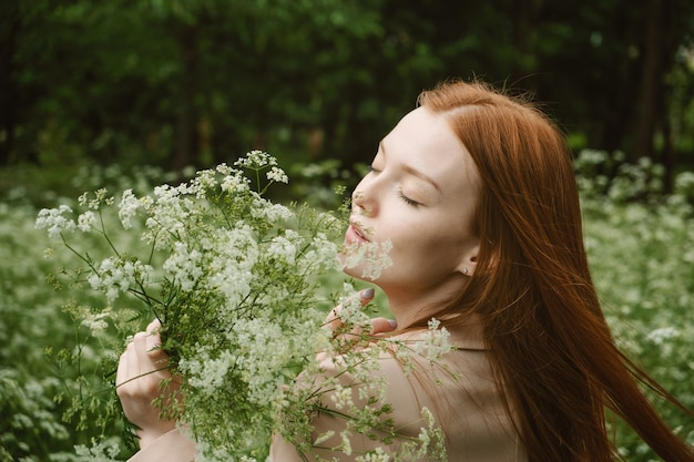 Helende kracht van de natuur voordelen van ecotherapie natuurimpact welzijn gelukkige roodharige vrouw