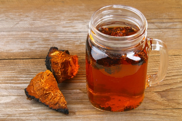 Helende thee van berkepaddestoel chaga wordt gebruikt in de volksgeneeskunde.