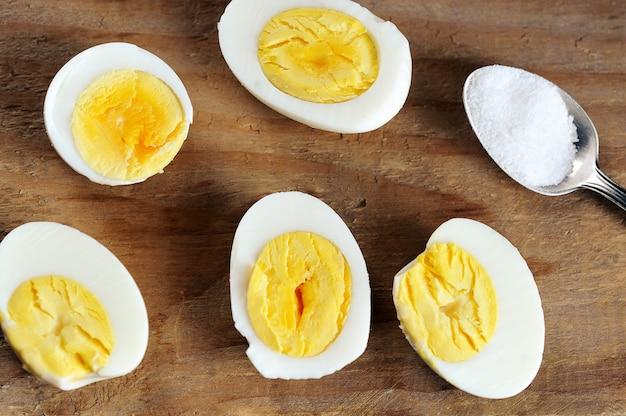 Helften gekookt ei en zout in een theelepel