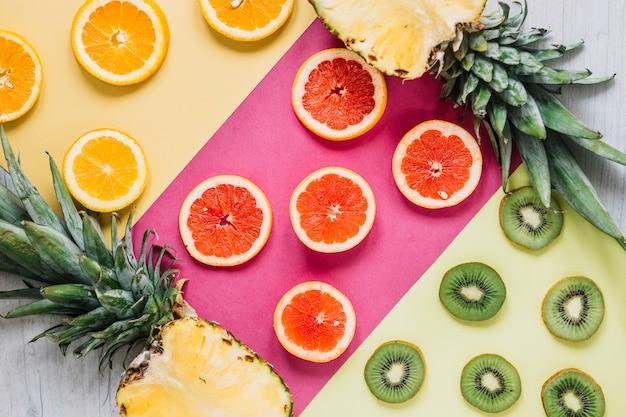 Helften van ananas in de buurt van gesneden fruit