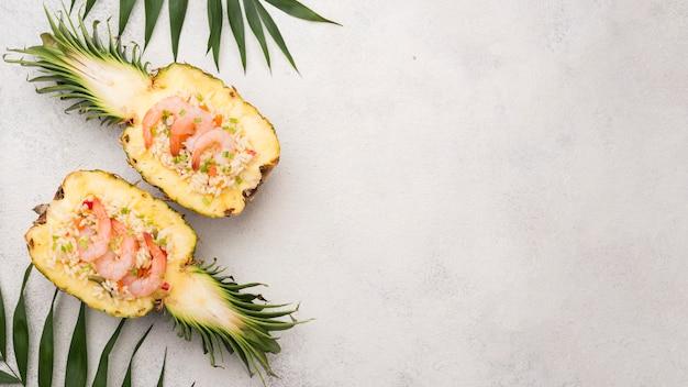 Helften van ananas met kopie ruimte bovenaanzicht