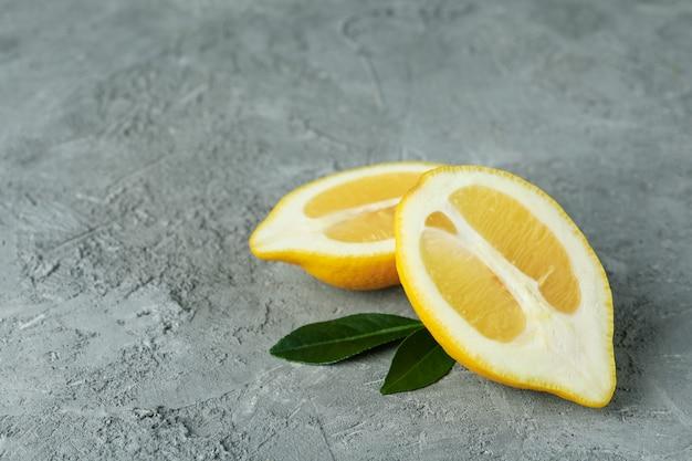 Helften van citroen op grijs