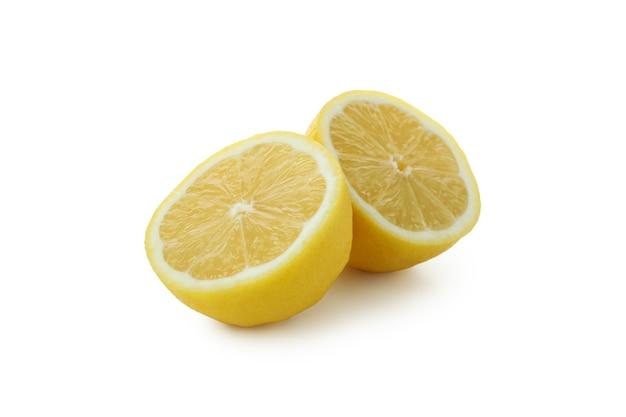 Helften van citroen op wit wordt geïsoleerd