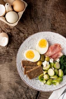 Helften van eieren en groenten bovenaanzicht