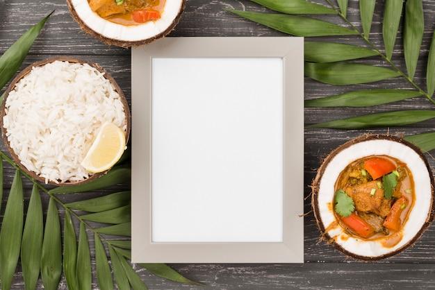 Helften van kokosnoot gevuld met stoofpot kopie ruimte frame