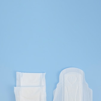 Helften van pads op blauwe kopie ruimte achtergrond