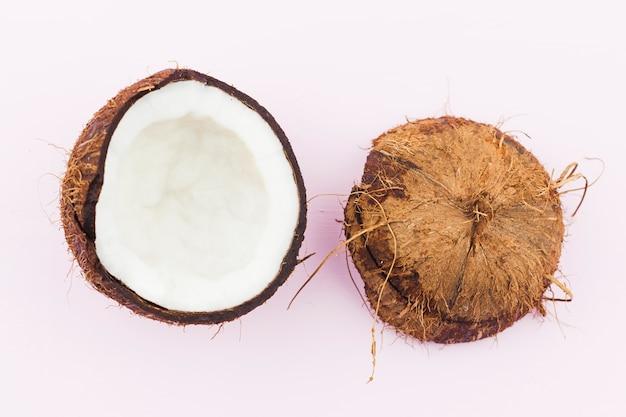 Helften van verse gebarsten kokosnoot