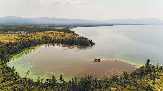 Helikopter die duiker in het water laat vallen baai magadan.