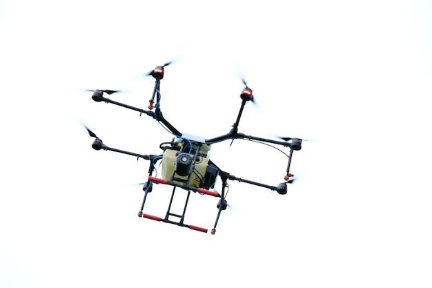 Helikopter die in de lucht vliegt