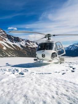 Helikopter die op een sneeuwberg landt