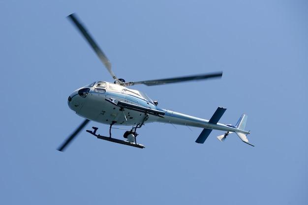 Helikopter die over de blauwe hemel vliegt