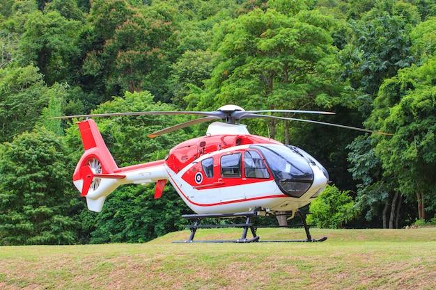 Helikopter die zich op landingsbaan bevindt