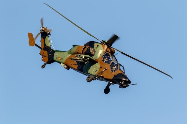 Helikopter eurocopter ec665 tiger neemt deel aan een tentoonstelling op de 2e vliegshow van torre del mar