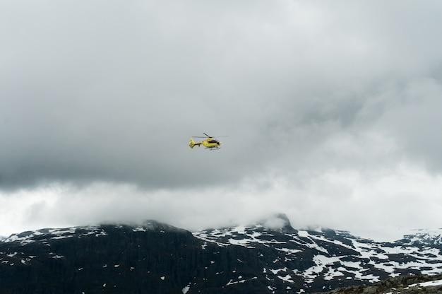 Helikopter in de noorse bergen