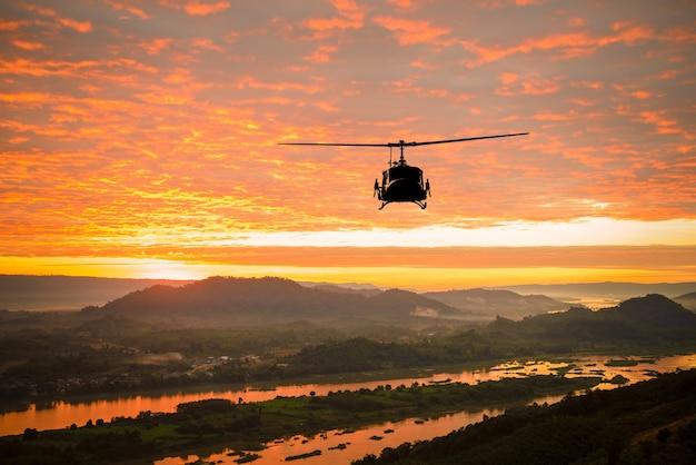 Helikoptor op zonsondergang bij rivier