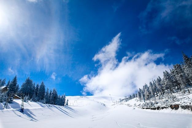 Helling van het skigebied in de karpaten. oekraïne