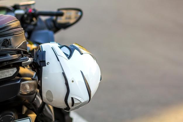 Helm op sport motorfiets op weg. motor geparkeerd op een straat. vrijheid en reizen concept.