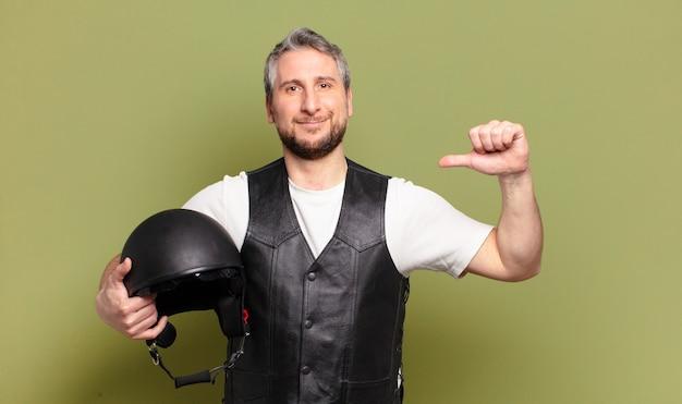 Helm van middelbare leeftijd motorrijder man