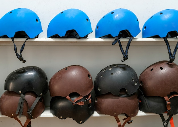 Helmen voor extreme sporten op de plank.