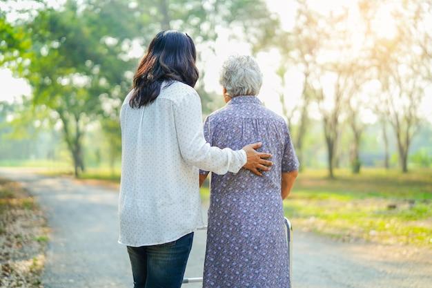 Help en zorg aziatische senior of oudere dame vrouw