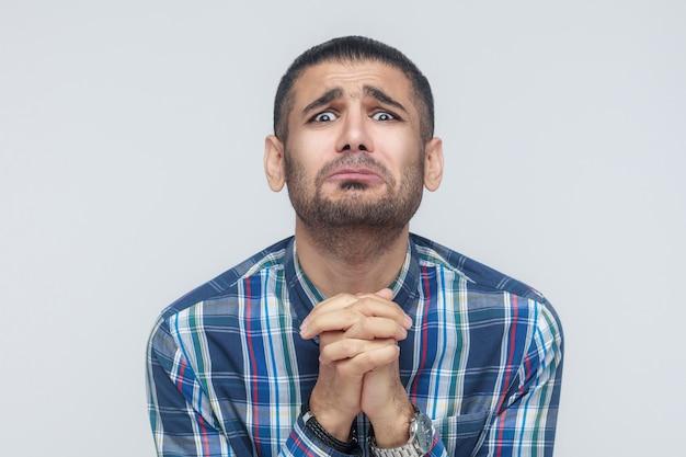 Help me alstublieft! bebaarde man heeft hulp nodig. geïsoleerd op een grijze achtergrond, studio-opname