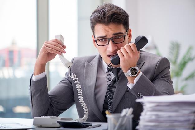 Helpdeskexploitant die op telefoon in bureau spreekt