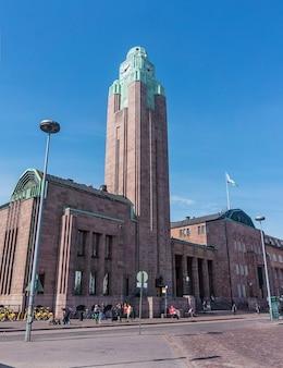Helsinki, finland - 20 augustus 2017: gebouw met klokkentoren van het centraal station