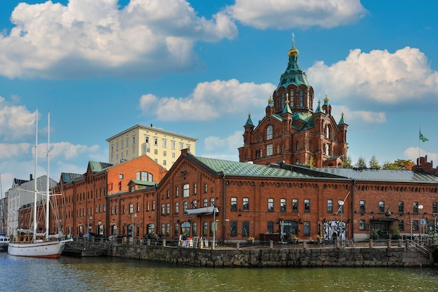 Helsinki, finland - 5 oktober 2019: landschap van de uspenski orthodoxe kathedraal kerk in katajanokka district van de oude stad in helsinki, finland
