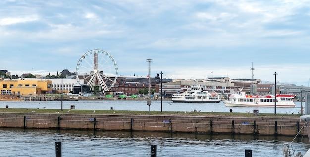 Helsinki, finland - augustus 20, 2017: sky wheel en boten in de haven van helsinki, finland