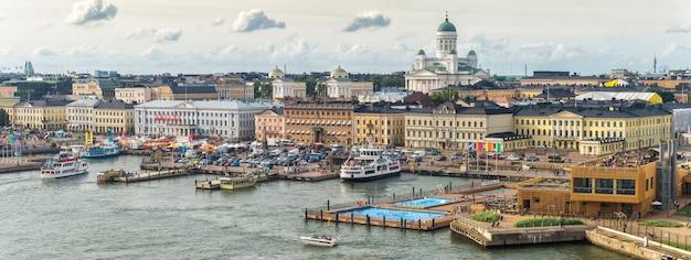 Helsinki-stadsgezicht. sint-nicolaaskathedraal en het marktplein. hier is het presidentiële paleis en het stadhuis?