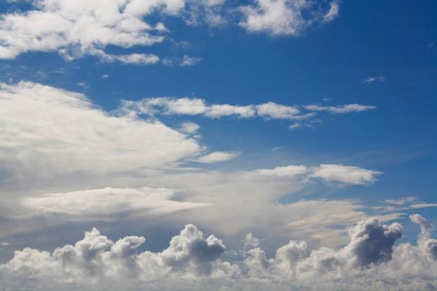 Hemel bedekt met azuurblauwe witte wolken
