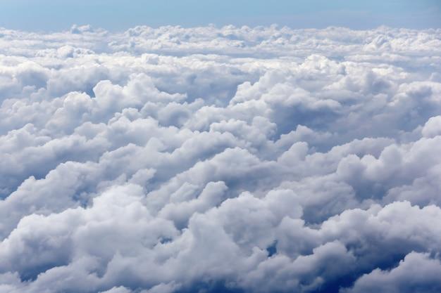 Hemel boven de wolkenweergave vanuit het vliegtuig
