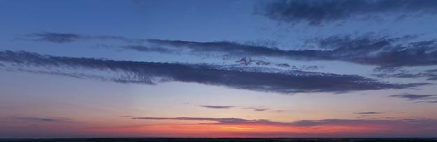 Hemel, dageraad of zonsondergang met felle kleuren.