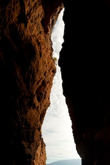 Hemel die door de groef tussen twee klippen, tagus cove, isabela island, de galapagos eilanden, ecuador wordt bekeken