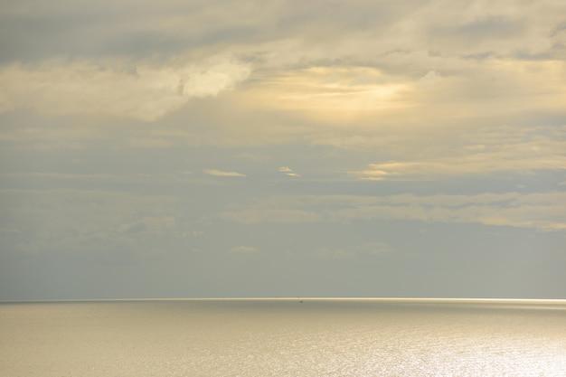 Hemel en gouden zee is achtergrond